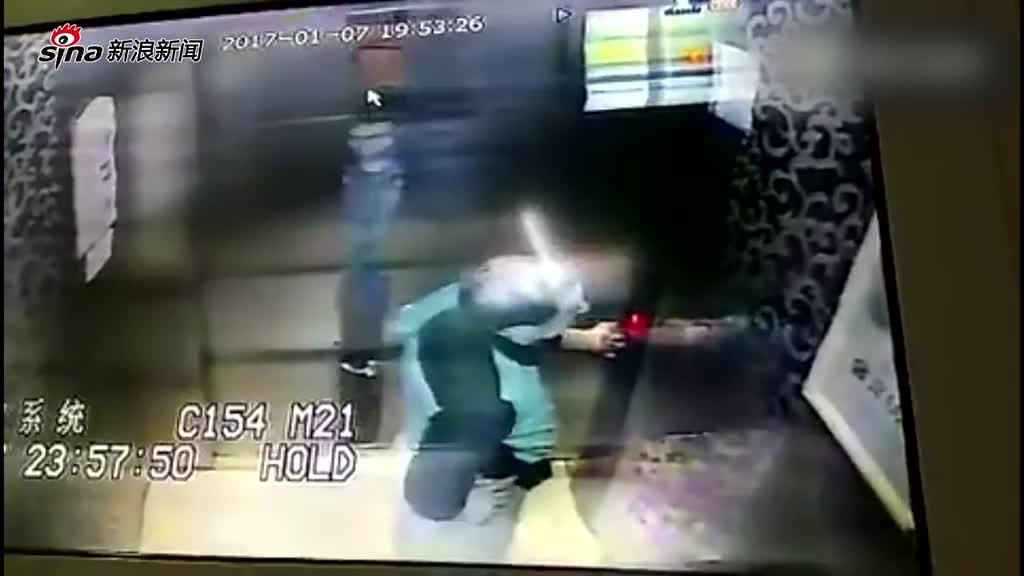 老人被困电梯激动踹门 被救出后暴打维修工