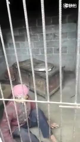 九旬老太疑被关猪圈数年 儿子儿媳称其自愿