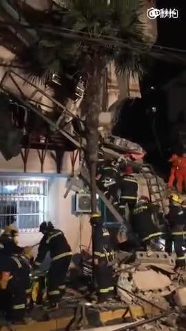 现场:上海一小区楼房发生坍塌 疑因爆燃引发