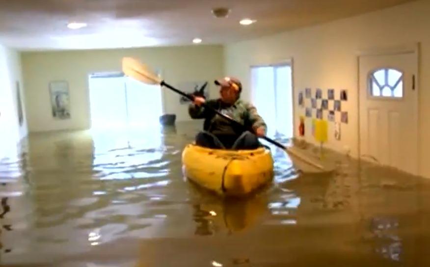 实拍:美国加州发大水 女子房屋被淹淡定划船