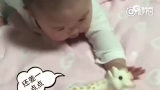 视频:伊能静女儿学爬行 口水直流但坚持不放弃