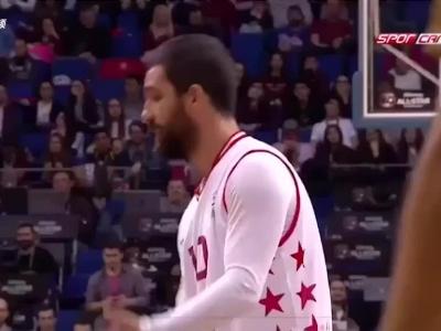 巴萨悍将图兰跨界打篮球
