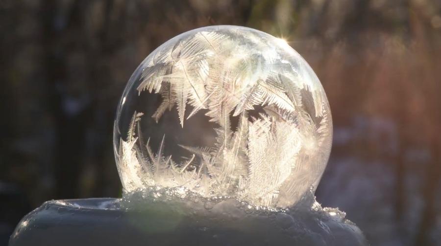 实拍肥皂泡梦幻结冰过程 冰晶如羽毛迸裂炸开