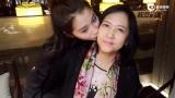 视频:母女高颜值!关晓彤亲吻妈妈脸颊喂糖果