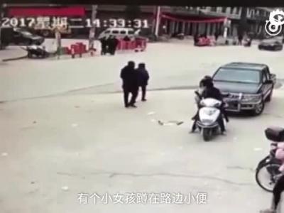 江西6岁女孩路边小便 中巴车从其身上碾过