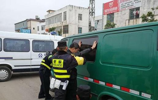 实拍运钞员上路被查枪指警察 要求出示执法证