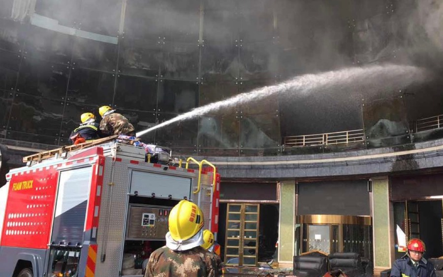 现场:南昌一酒店发生火灾 消防出动救援