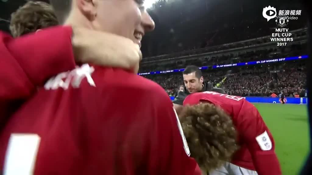视频-心疼!赛后伊布累到呕吐 曼联全队庆祝夺冠