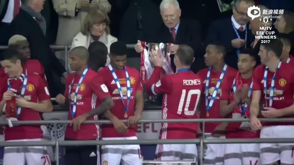 视频-颁奖!鲁尼高举联赛杯冠军奖杯 全队欢庆