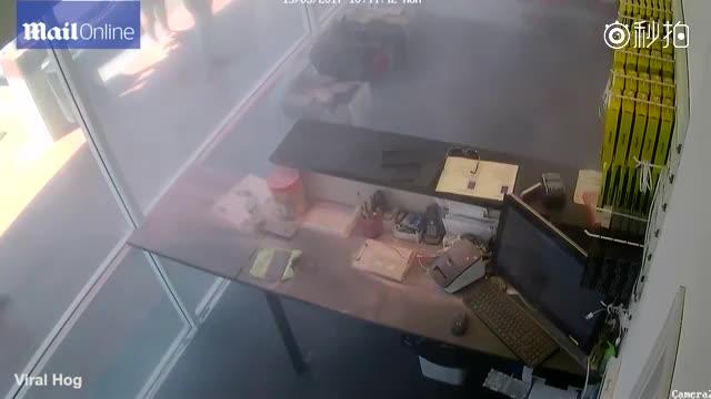 监拍苹果手机维修柜台突然爆炸 吓坏众人