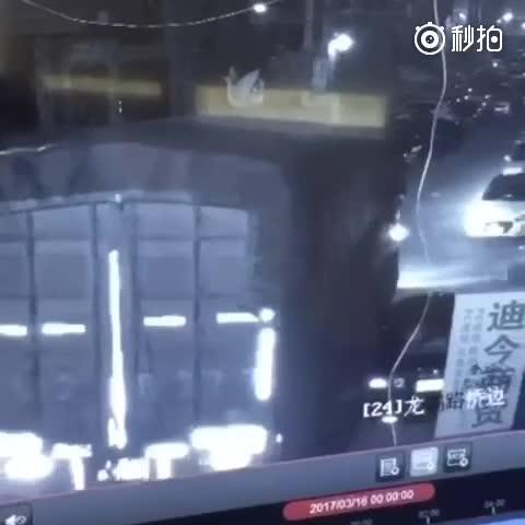 监拍:温州疯狂大货车连续撞击32辆轿车