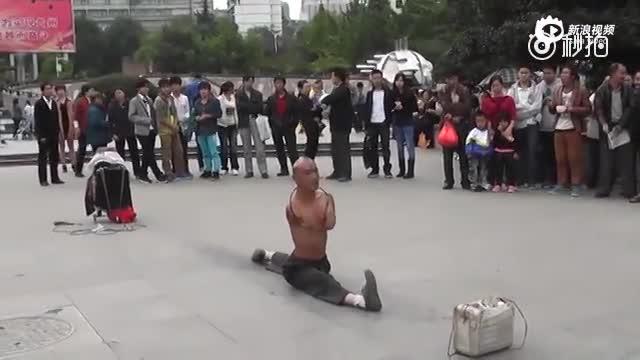 贵阳街头无臂男用生命表演 只为养家糊口