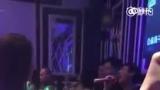 视频:王思聪KTV唱歌辣耳朵 周围美女环绕