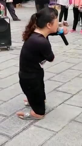 山东广饶15年前 失踪女变残街头乞讨 卖唱