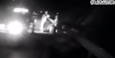 现场:夫妻大巴上争吵 竟被司机赶下车
