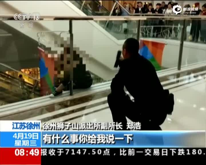 现场:女子坠楼瞬间 民警上前拉住