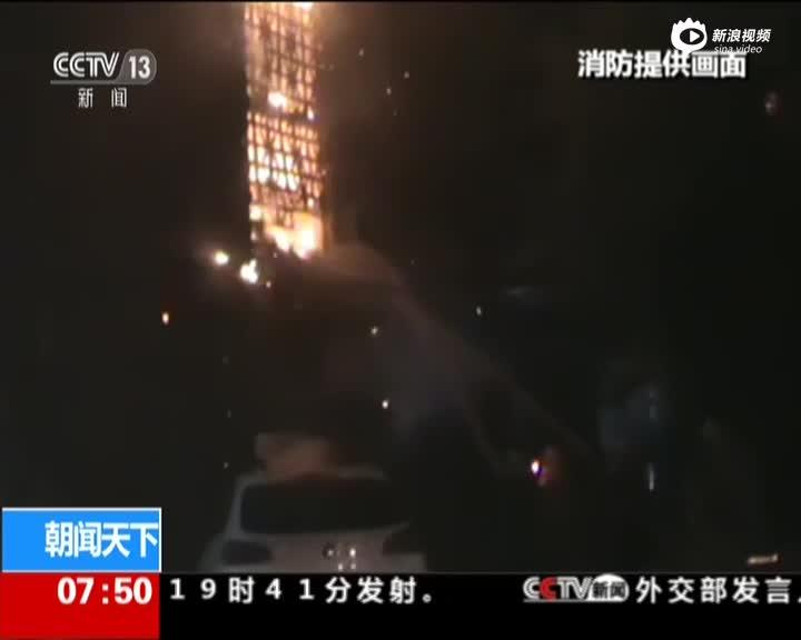 现场:司机被压煤堆下 消防设法营救