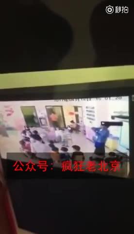 北京一幼儿园老师虐待孩子