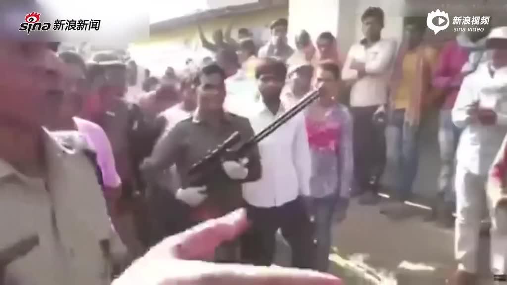 现场:印度一花豹潜入村庄 与村民房顶展开恶斗