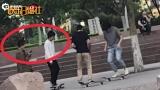 视频:姐妹感情好!周冬雨窦靖童公园玩滑板