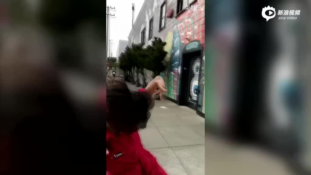 杨紫一身中国红美国街头尬舞