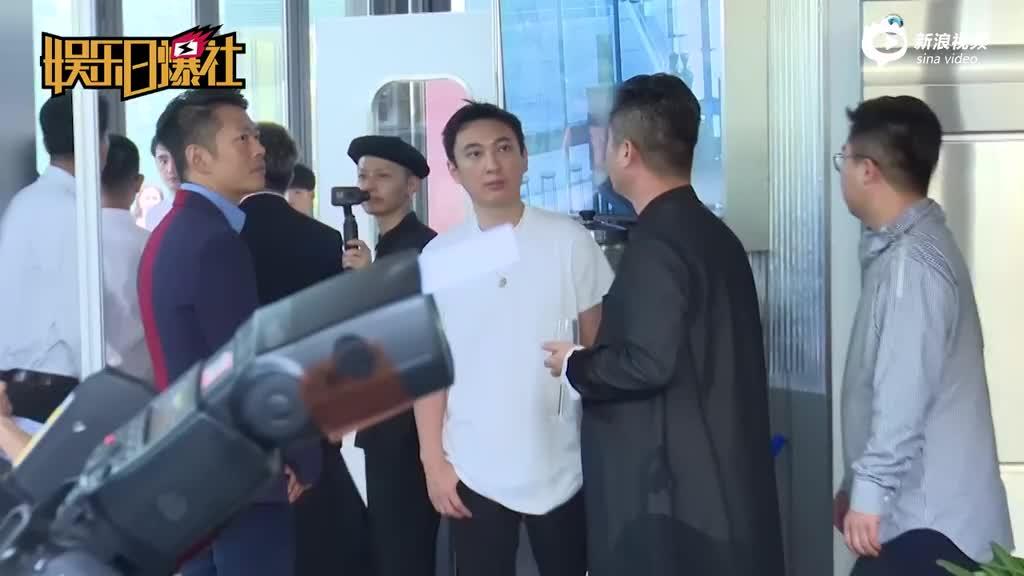 王思聪现身三里屯为某店剪彩