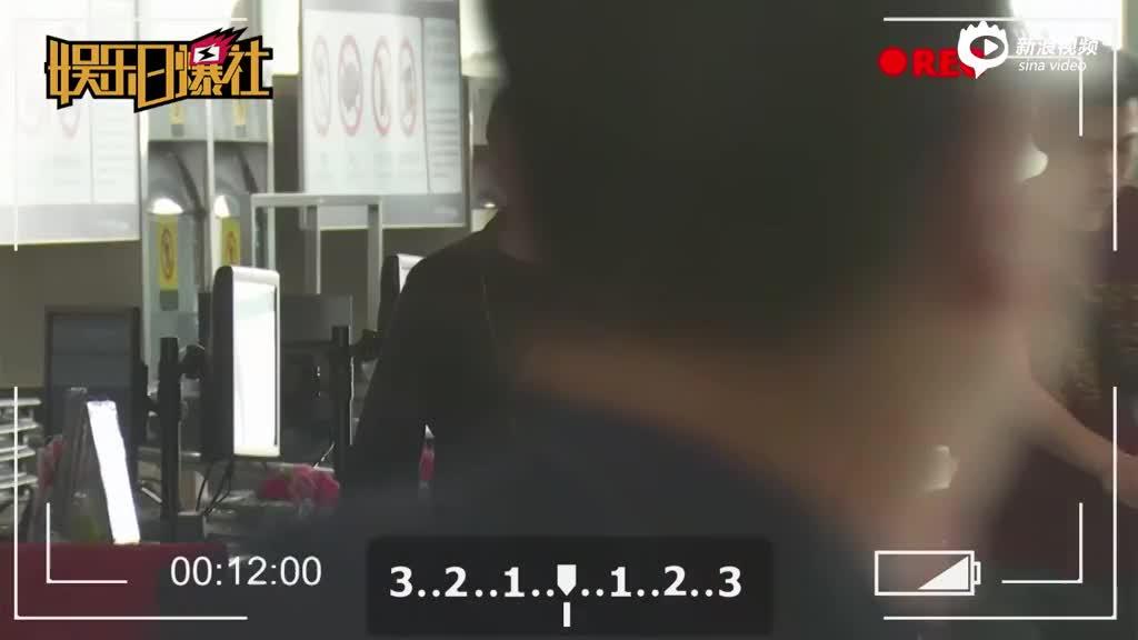 黄磊机场遇摄影师搭肩热聊