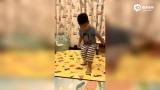 视频:安吉小鱼儿踢球 小鱼儿踢空滑倒自己都不好意思了