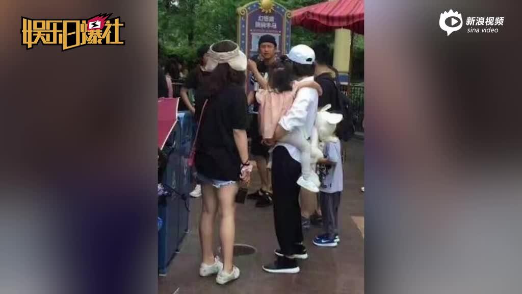 邓超一家畅玩迪士尼乐园