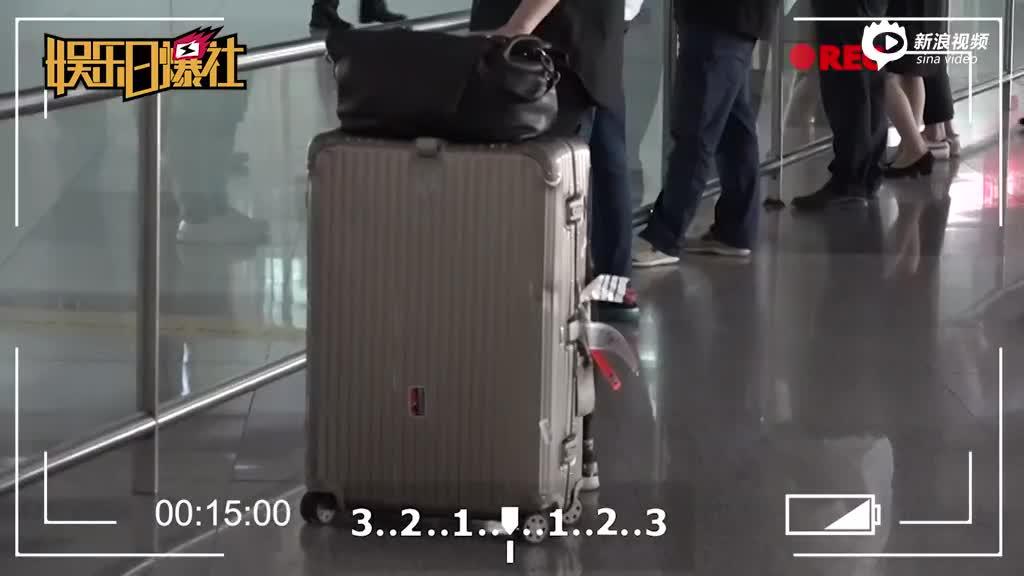 许嵩应昊茗现身机场