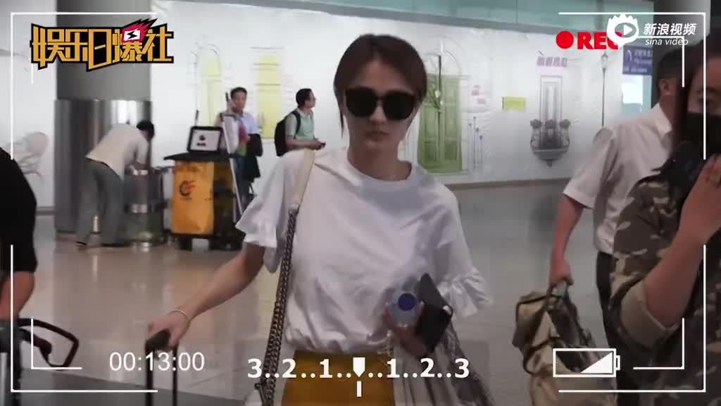 徐璐扎小辫素颜现身机场