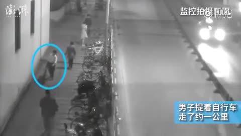 监控:偷车贼提车走1公里 被捕时满头大汗
