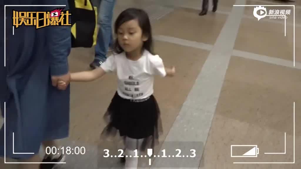 李小璐与女儿母女装甜蜜温馨
