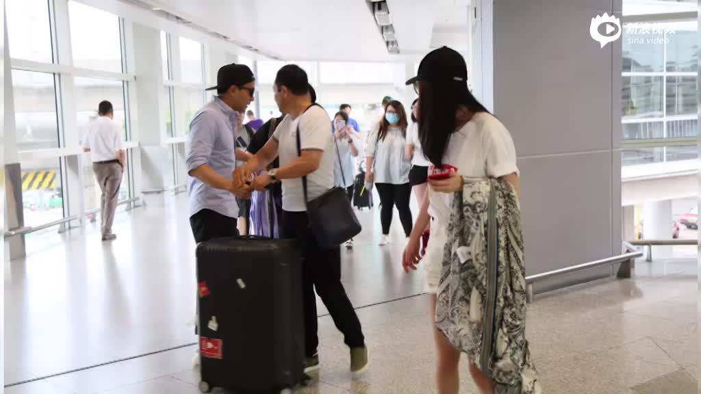 杨幂携父母抵港获刘恺威接机
