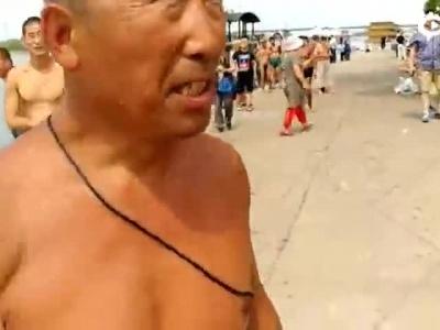 """奇了!哈尔滨这只""""落汤鸡""""会游泳 跟小狗学的"""
