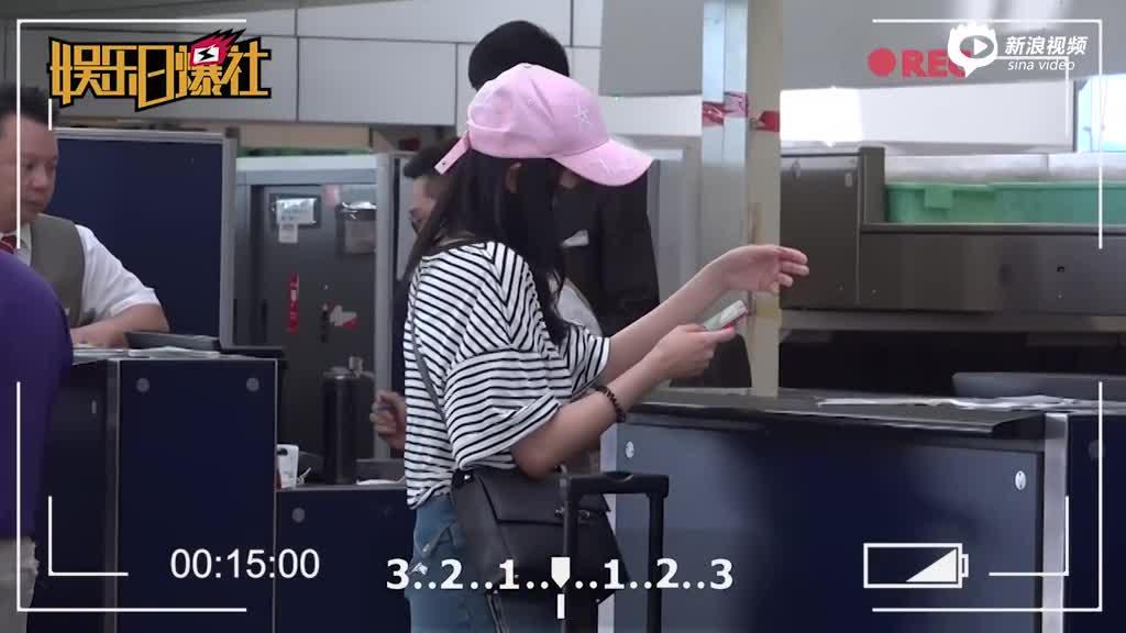 杨幂机场独行秀