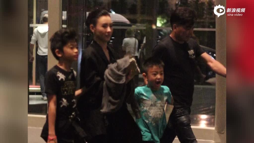 张柏芝携两子游玩后回酒店