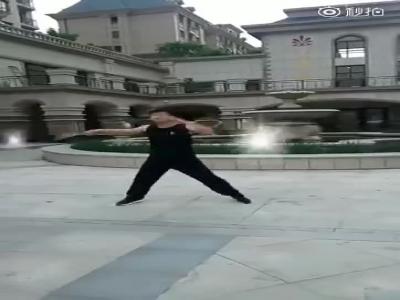 厉害了!辽源大哥表演双截棍!