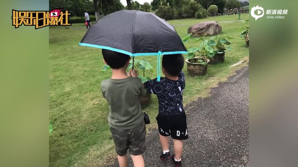 安吉雨中为小鱼儿撑伞