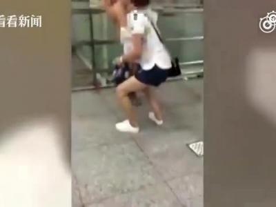 惊!重庆有多热?热到一男孩全裸坐地铁!