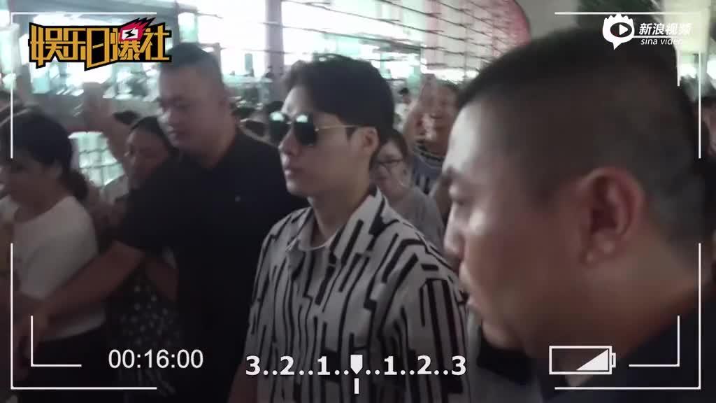 李易峰潮男范获众人护驾