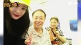 视频:杨幂美腿白皙纤细 机场偶遇大学恩师拥抱道别