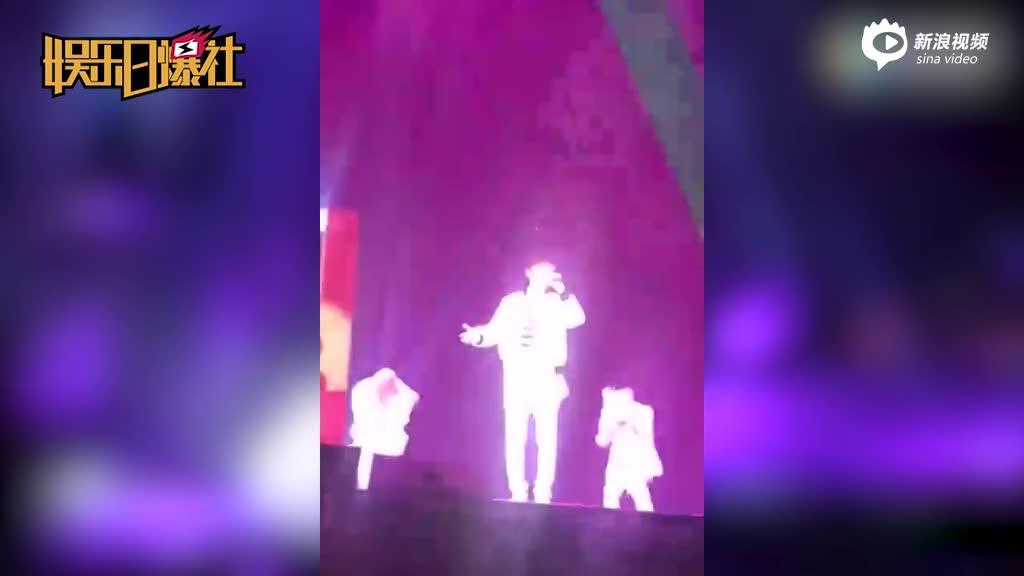 许嵩北京演唱会戚薇带伤助阵