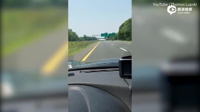 还有这种操作!美国飞机突然迫降高速公路