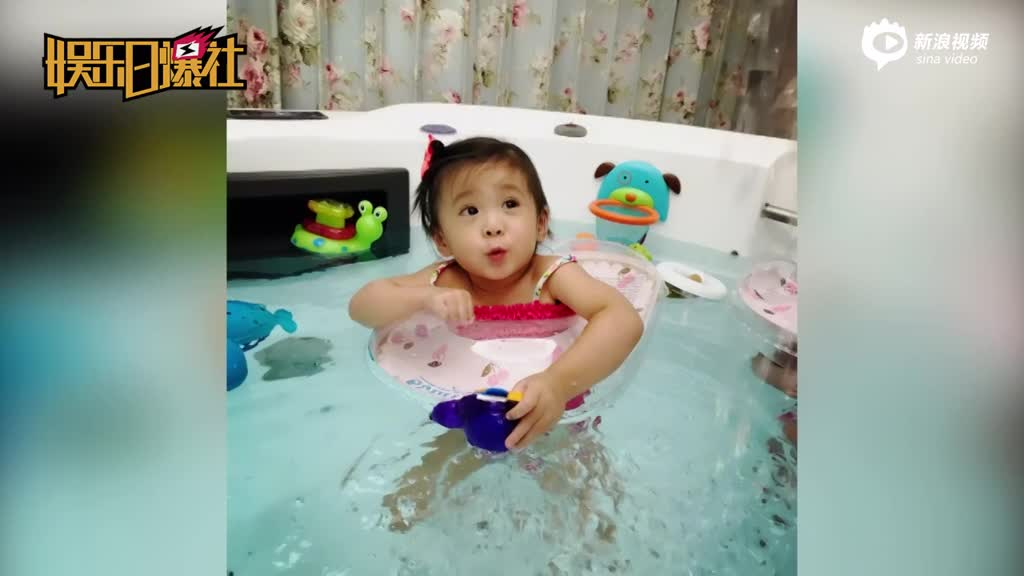 贾静雯夫妇带女儿去游泳