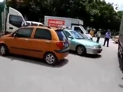 南宁出租车被当街劫持 警方调车围堵拦停