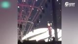 视频:汪峰献唱第一句就破音 机智应对话筒递给观众