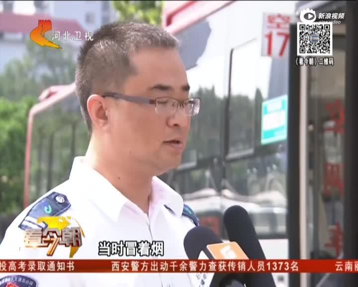 """出租车街头自燃 过往司机变身""""消防员"""""""