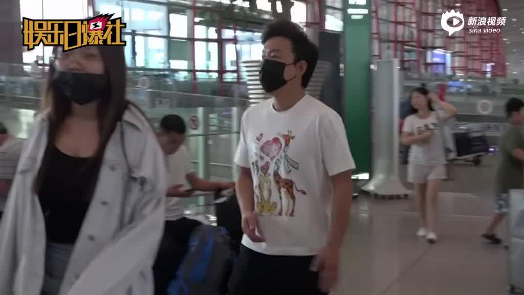 黄渤现身机场秀