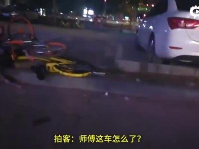 看车大爷怒摔共享单车,被劝反骂人